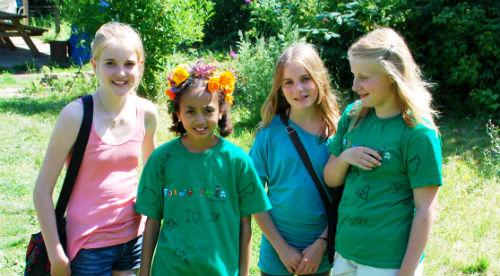 Fire piger på 4Hs madskole i Lersøparkens skolehave, København, 2011 Foto: Ulla Skovsbøl