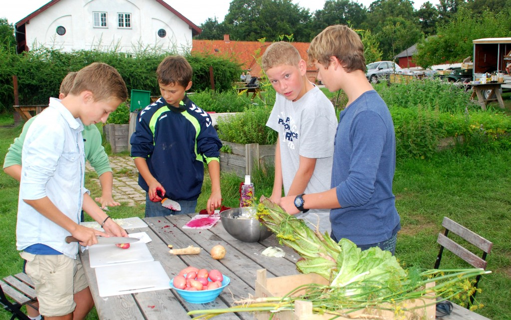 Børn laver mad ude