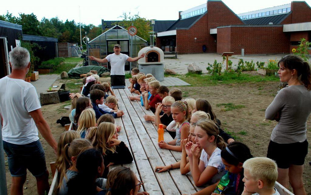 Thomas Høgedahl har været skolehaveleder for Haver til Maver i Odense siden 2011. Nu hjælper han Jepser Lindenborg i gang som leder af den nye have ved Holluf Pile Skole. Foto: Ulla Skovsbøl