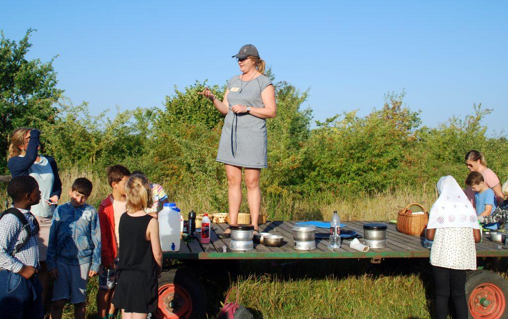 Naturvejleder Carolina Lindeblad fra Naturskolan i Lund er tovholder på skolehaveprojektet i Värpinge ved Lund i Skåne. Foto: Ulla Skovsbøl